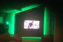 Mur immitation écorce arbre et incrustation tv et led